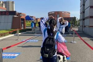 今日济南这所校园高一高二学生返校签到山东多所高校也迎来第一批学生返校